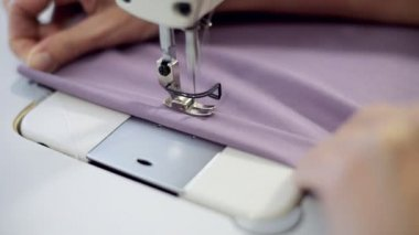 Female hands sewing on professional sewing machine. — Stock Video
