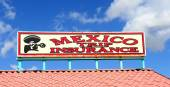 Sign selling trip insurance for going into Mexico — Stock Photo