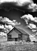 Old desolate barn with storm clouds overhead — Stock Photo