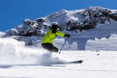 Alpine skier on piste, skiing downhill — Foto de Stock