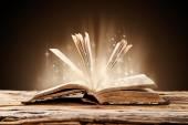 Ahşap masa üzerinde eski kitap — Stok fotoğraf