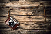 Old photo camera on wood — ストック写真