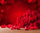 Bukiet róż na drewnianym stole — Zdjęcie stockowe