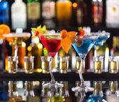 Martini drinks served on bar counter — Foto de Stock