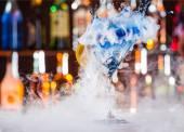Martini drink served on bar counter — ストック写真