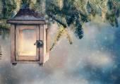 Kerst lantaarn opknoping op fir takken — Stockfoto