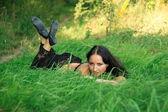 брюнетка девочка на открытом воздухе — Стоковое фото