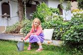 Flicka i trädgården — Stock fotografie