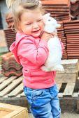 Kleines Mädchen mit einem Hasen — Stockfoto