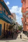 Tourists walking on the Old Havana. — Stock Photo
