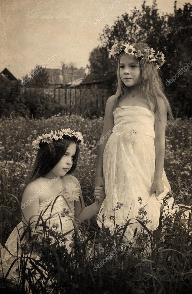 Девушки играют в ромашку фото