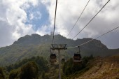 Closed chair lifts moving in the mountains — Foto Stock