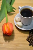 Closeup of black coffee, small pastry, coffee beans and fresh tu — Stock Photo