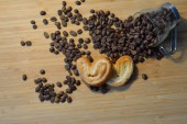 Coffee beans in a heap with sweet heart cookies — Stock Photo