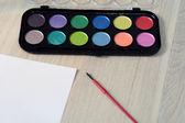 Paleta de aguarelas com sombra pérola, papel e um pincel — Fotografia Stock