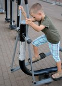 A boy starting to train on the fitness equipment — Stock Photo