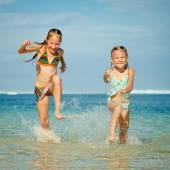 2 人の姉妹が、一日の時間でビーチでのプレー — ストック写真