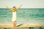 Niña de pie en el momento del día en la playa — Foto de Stock