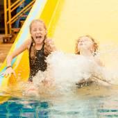 две маленькие дети играют в бассейне — Стоковое фото