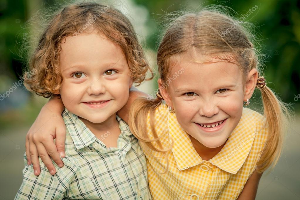 Bambini felici seduti sulla strada concetto di fratello e - Fratello e sorella a letto insieme ...