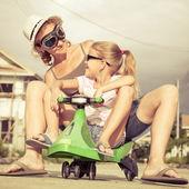 Matka i córka trochę gra w pobliżu domu w czasie dnia. — Zdjęcie stockowe