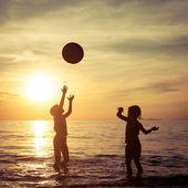 Szczęśliwe dzieci bawiące się na plaży — Zdjęcie stockowe