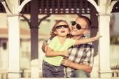 Otec a syn hraje za domkem v denní době. — Stock fotografie
