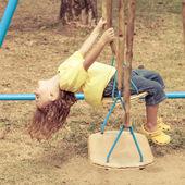 Felice ragazzino al parco giochi — Foto Stock