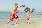 父と息子、一日の時間でビーチでのプレー. — ストック写真