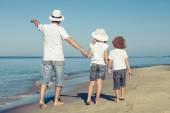 Baba ve çocuk kumsalda gün anda oynamak. — Stok fotoğraf