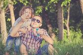 Baba ve oğul gün anda parkta oynamak. — Stok fotoğraf