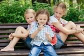 公園で遊ぶ 3 人の幸せな子供 — ストック写真