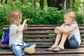 Parkta oynayan iki mutlu çocuk — Stok fotoğraf
