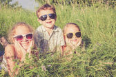 三个快乐的孩子们在附近树上玩耍 — 图库照片