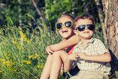 Ağacın yanında oynayan iki mutlu çocuk — Stok fotoğraf