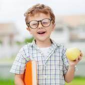 Retrato de menino de escola bonita olhando muito feliz ao ar livre no — Fotografia Stock