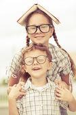 美丽学校男孩和女孩看起来很高兴出去的肖像 — 图库照片