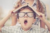 Güzel okul çocuğu, çok mutlu açık havada seyir portresi — Stok fotoğraf