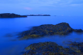 Sunset on a rocky shore. — Stock Photo