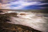 Pôr do sol em uma costa rochosa. — Fotografia Stock
