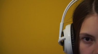 Portrait of a young girl in white headphones — Stock Video