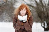Junge schöne Frau, die Spaß im winter — Stockfoto