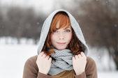 Junge schöne frau im winter — Stockfoto