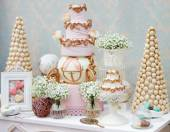 Elegant sweet table with big cake and macaroon  — Stock fotografie