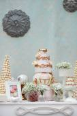 Elegant sweet table with big cake on wedding party — Stock Photo
