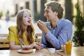 Mladý pár v kavárně — Stock fotografie