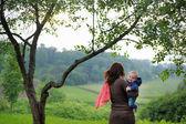 Kvinna med hennes lilla bebis — Stockfoto