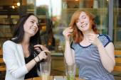 Two young woman at the outdoors cafe — Stock Photo