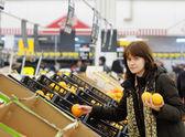 Young customer buying fruit — Stock Photo