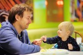 Toddler boy and his father at the cafe — Stock Photo
